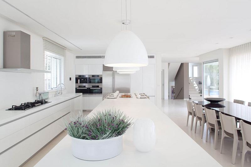 Sala decorada no estilo clean, com tons claros e plantas