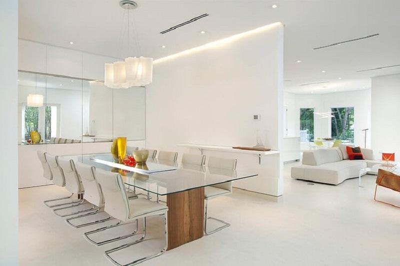 Sala e sala de jantar com móveis em linhas retas