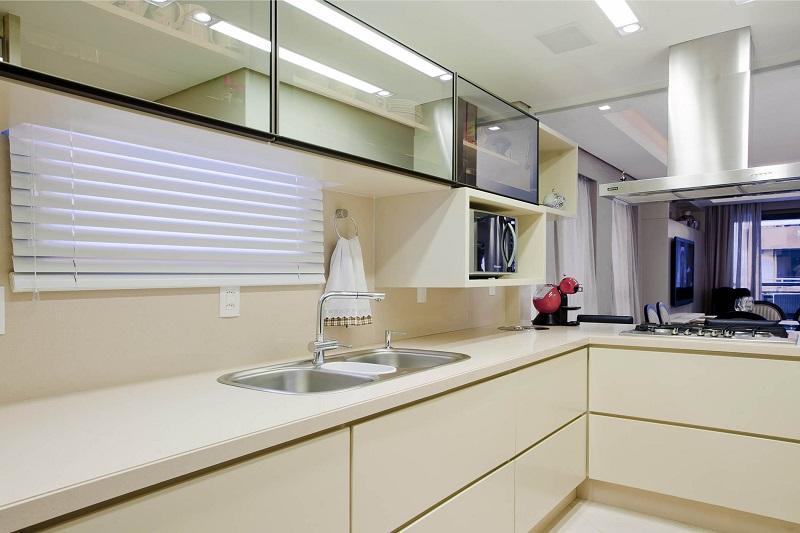 Cozinha com projeto de iluminação realçando o estilo clean