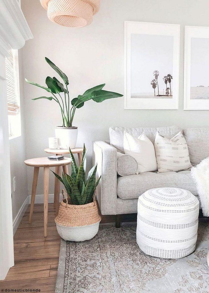 Paleta de cores branca, verde e rosa em sala de estar