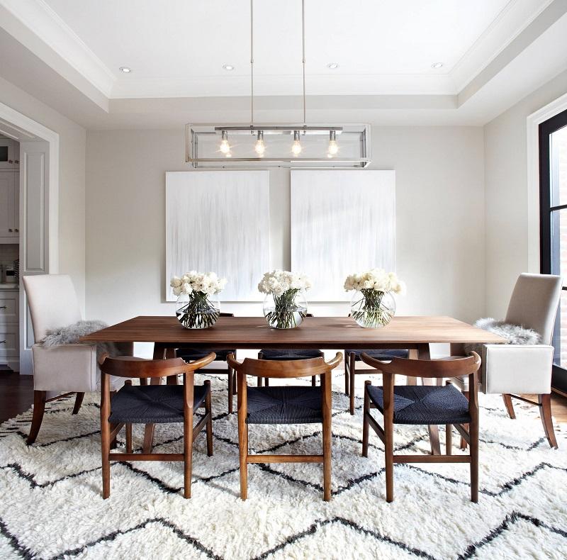 Paleta de cores branca, madeira e azul, em sala de jantar