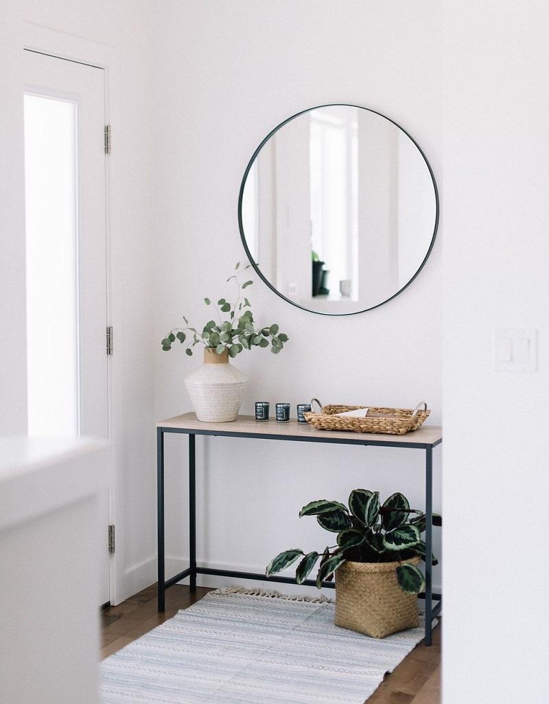 Aparador e espelho em hall de entrada branco