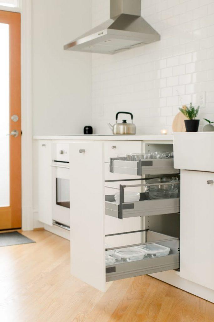 A disposição dos móveis da cozinha deve ser pensada de forma prática
