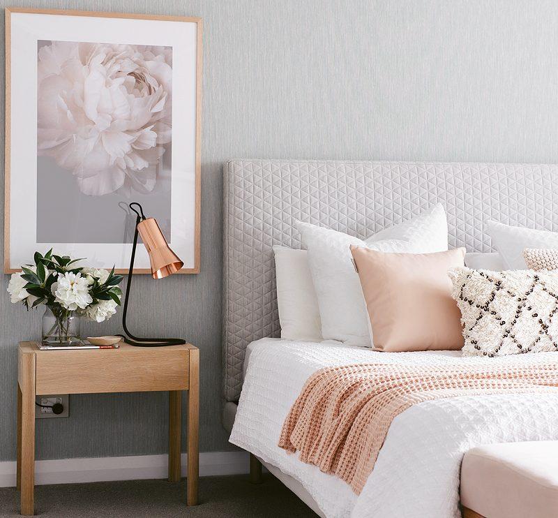 Quadros e roupa de cama bonitas ajudam muito a valorizar o quarto de casal