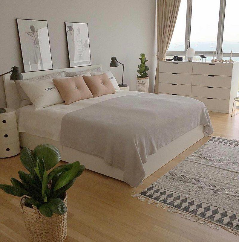 Mobiliário branco traz paz e tranquilidade ao quatro de casal